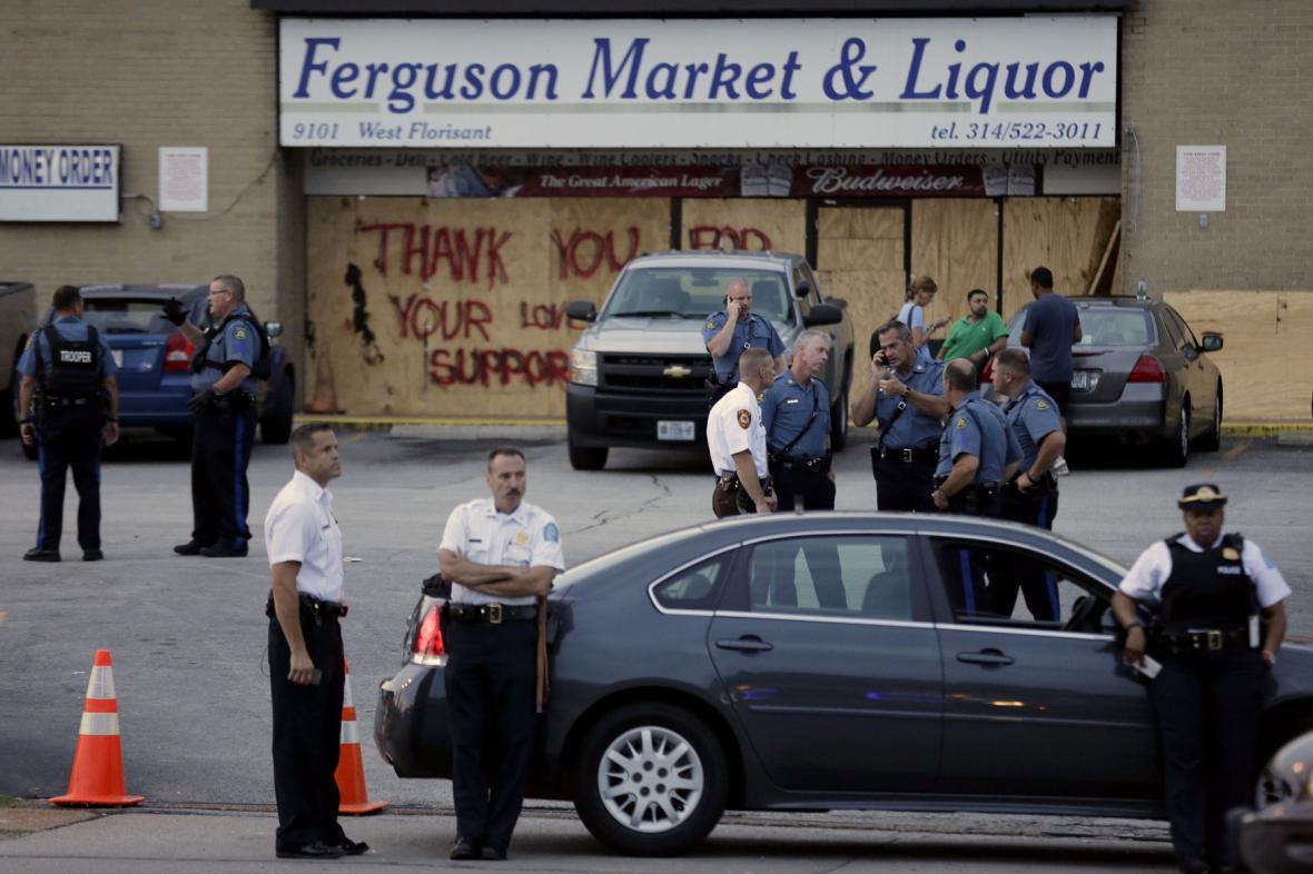 Policie hlídá obchod ve Fergusonu