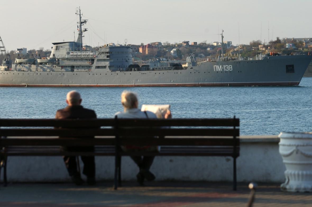 Krymským zátokám vévodí ruské lodě