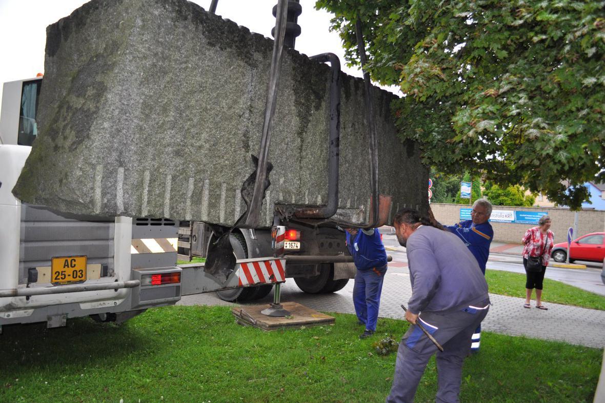 Stěhování pomníku v Lounech