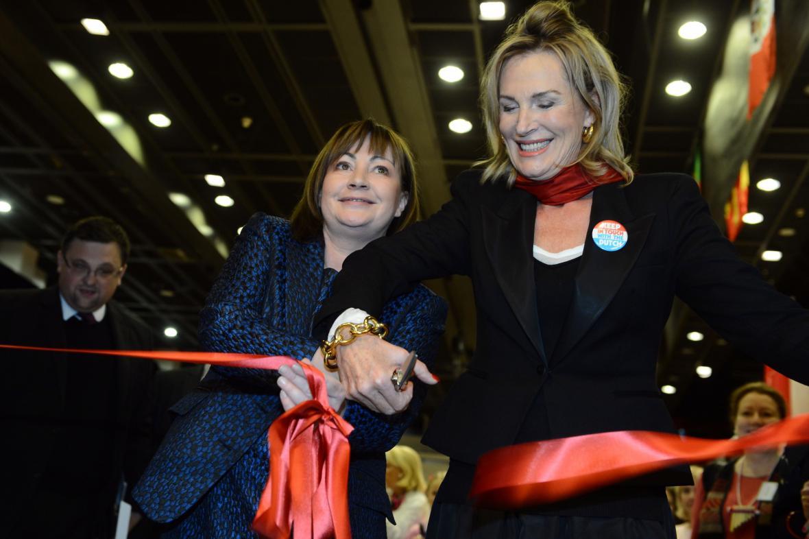 Ivana Zemanová (vlevo) zahájila diplomatický charitativní bazar