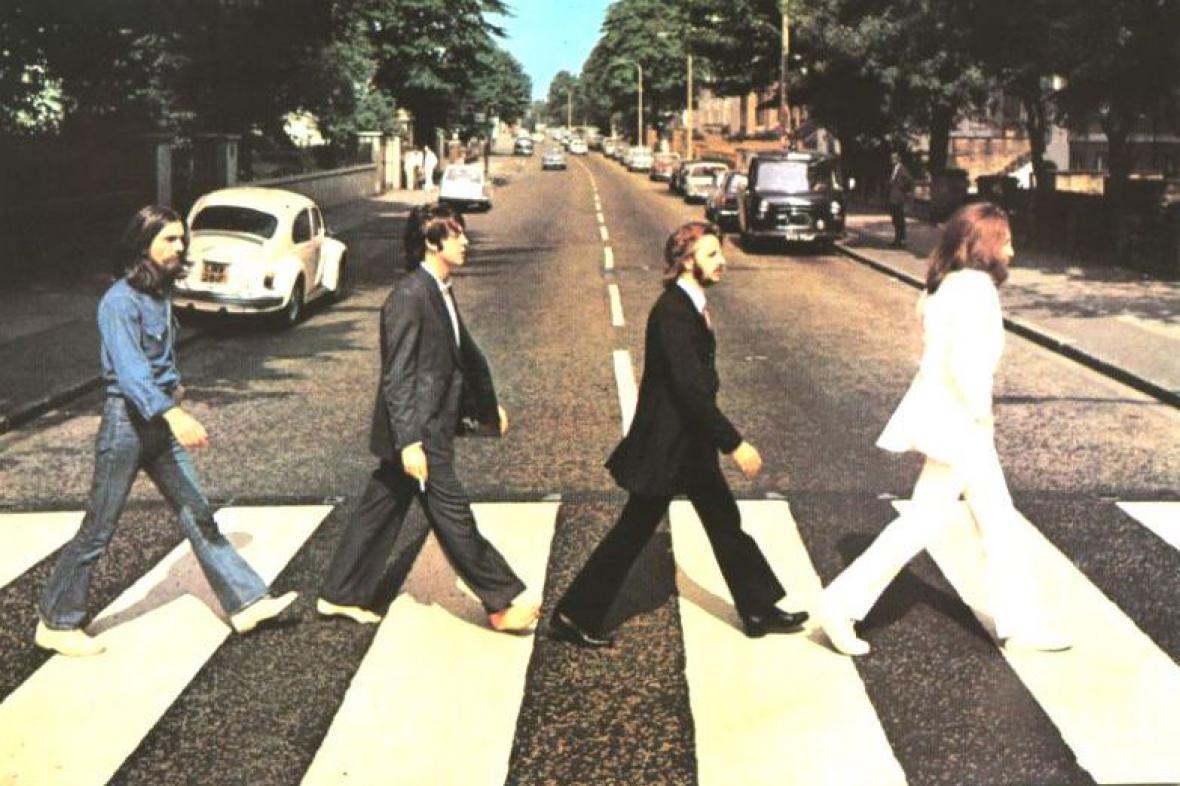 Beatles přecházejí přes Abbey Road