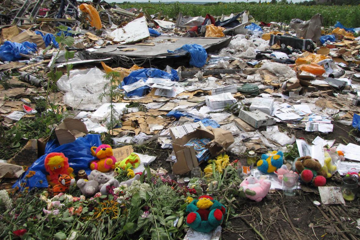 Plyšové medvědy a svíčky přinesli na místo tragédie lidé z okolí
