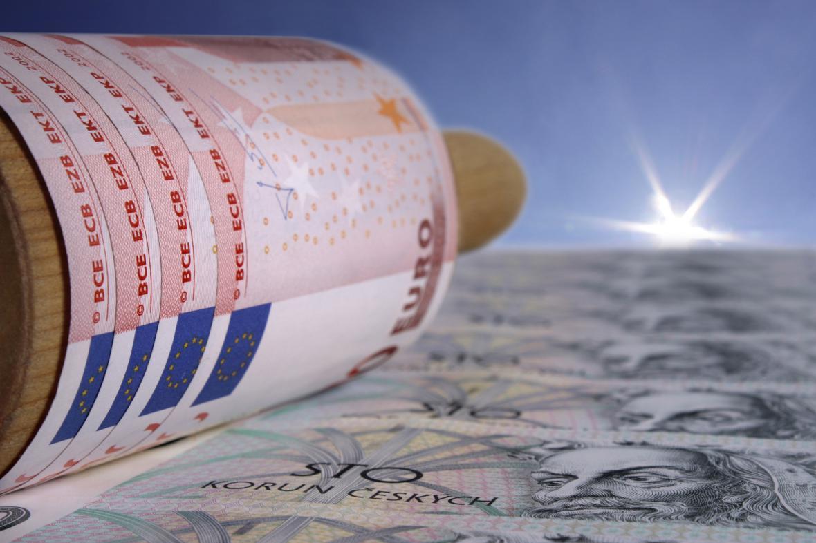Euro válcuje českou korunu