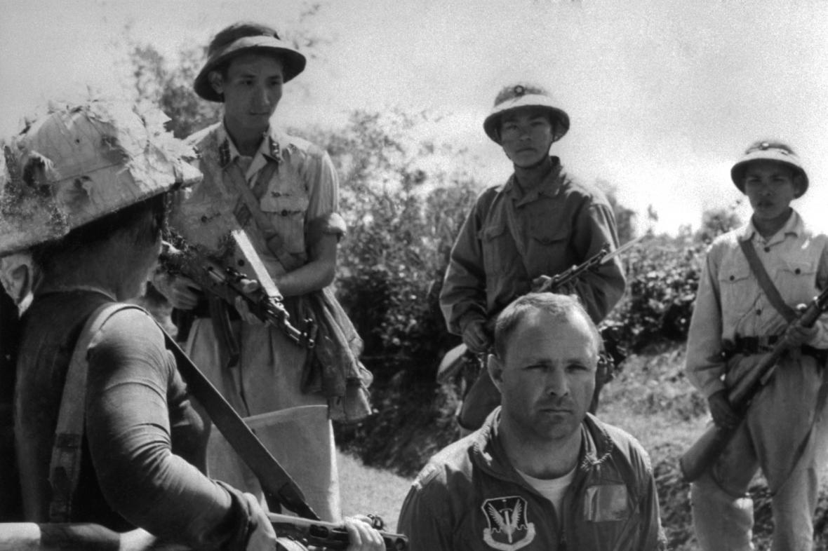 Severovietnamská armáda zatýká amerického pilota po sestřelení jeho letadla