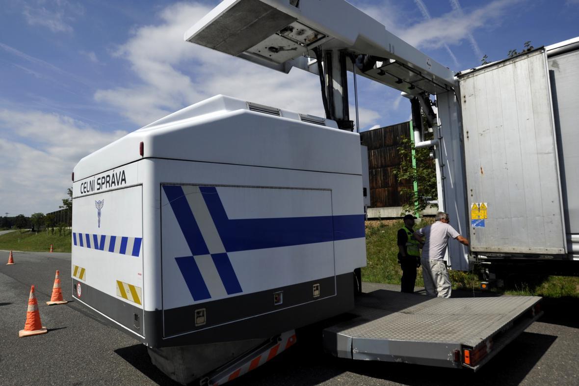 Celníci kontrolují kamiony pomocí velkokapacitního rentgenu