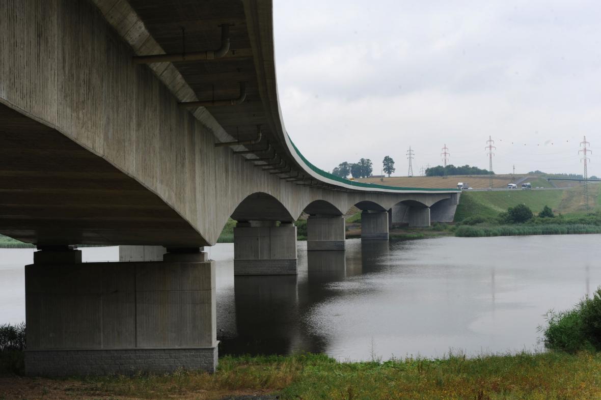 Most přes rybník Koberný na dálnici D3