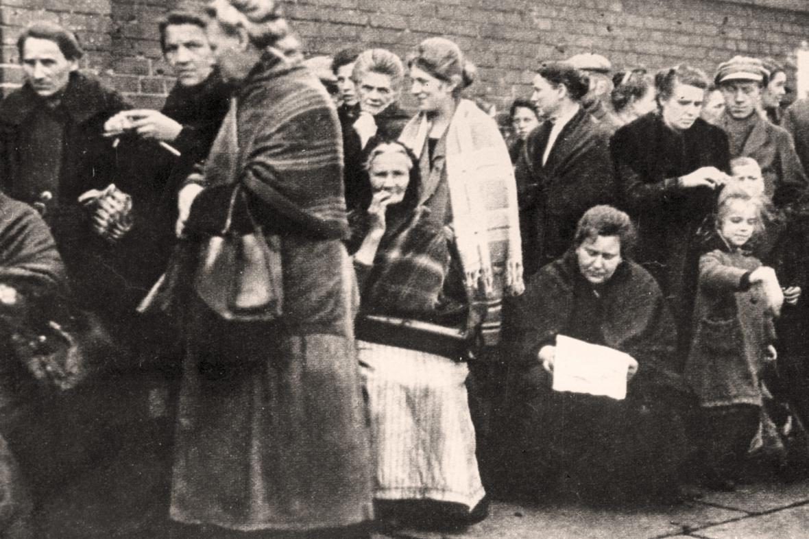 Ženy čekají ve frontě na jídlo