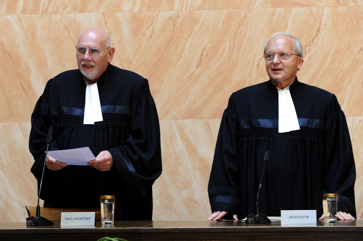 Předseda Ústavního soudu Pavel Rychetský (vlevo) a soudce zpravodaj Jiří Nykodým