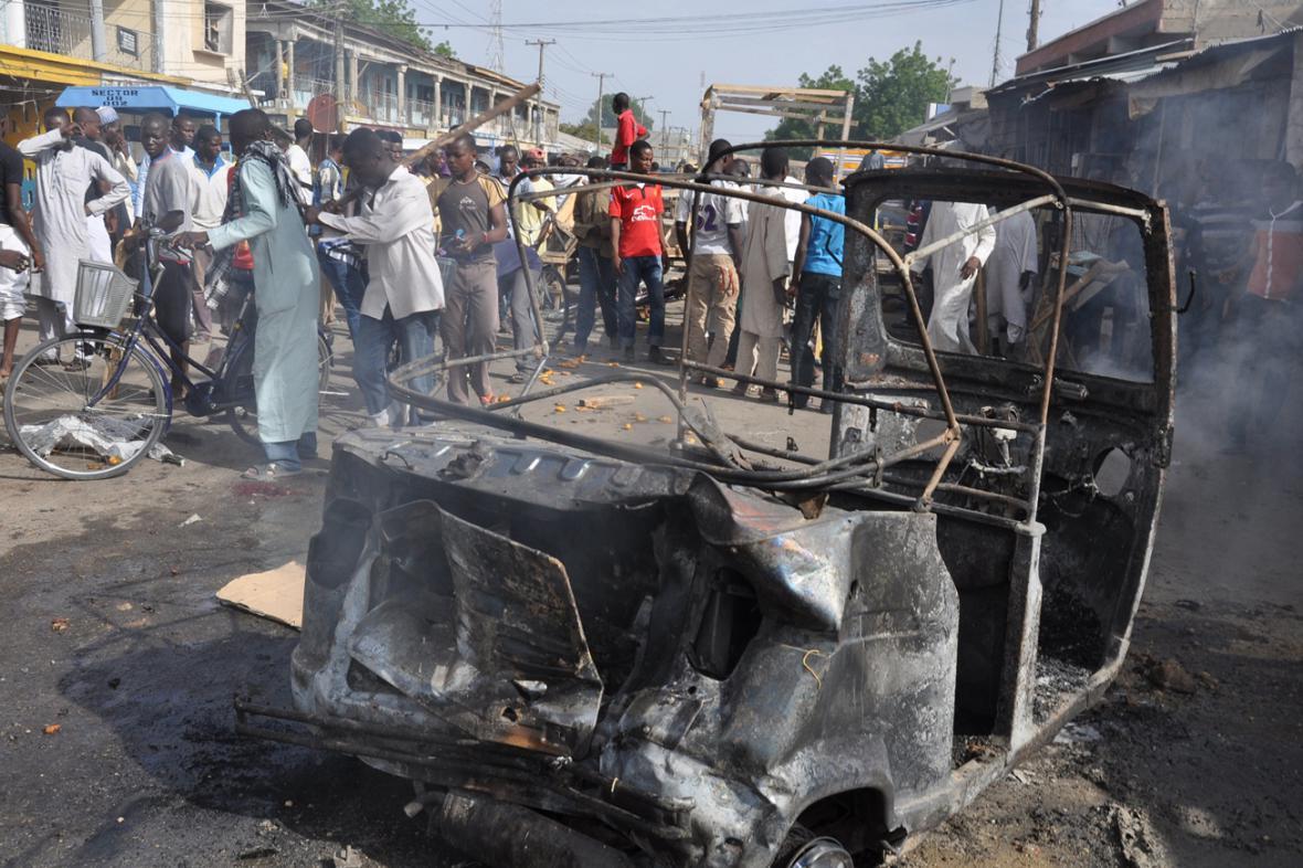 Následky pumového atentátu v Nigérii