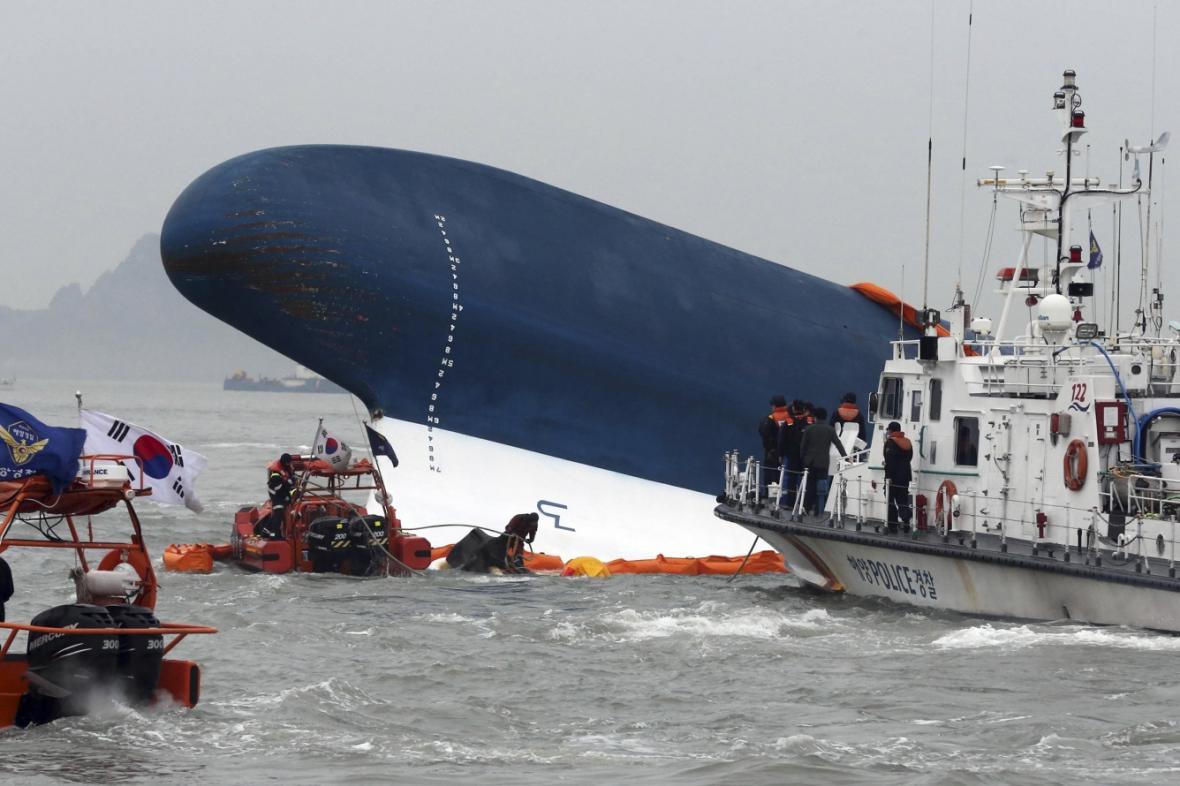 Záchranáři u potopeného trajektu