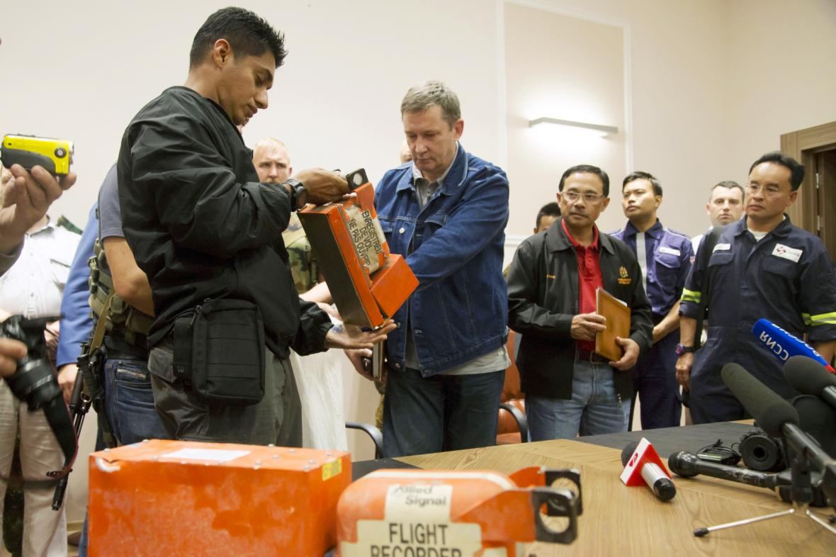 Předání černých skříněk letu MH17