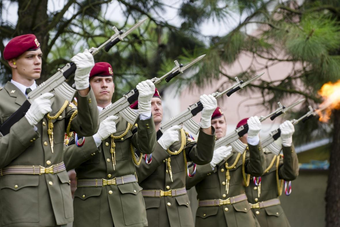 Pohřeb četaře Ivo Klusáka s vojenskými poctami