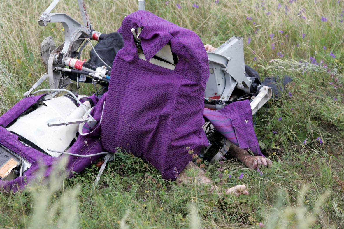 Tělo oběti z letadla MH17 uvězněné v sedačce