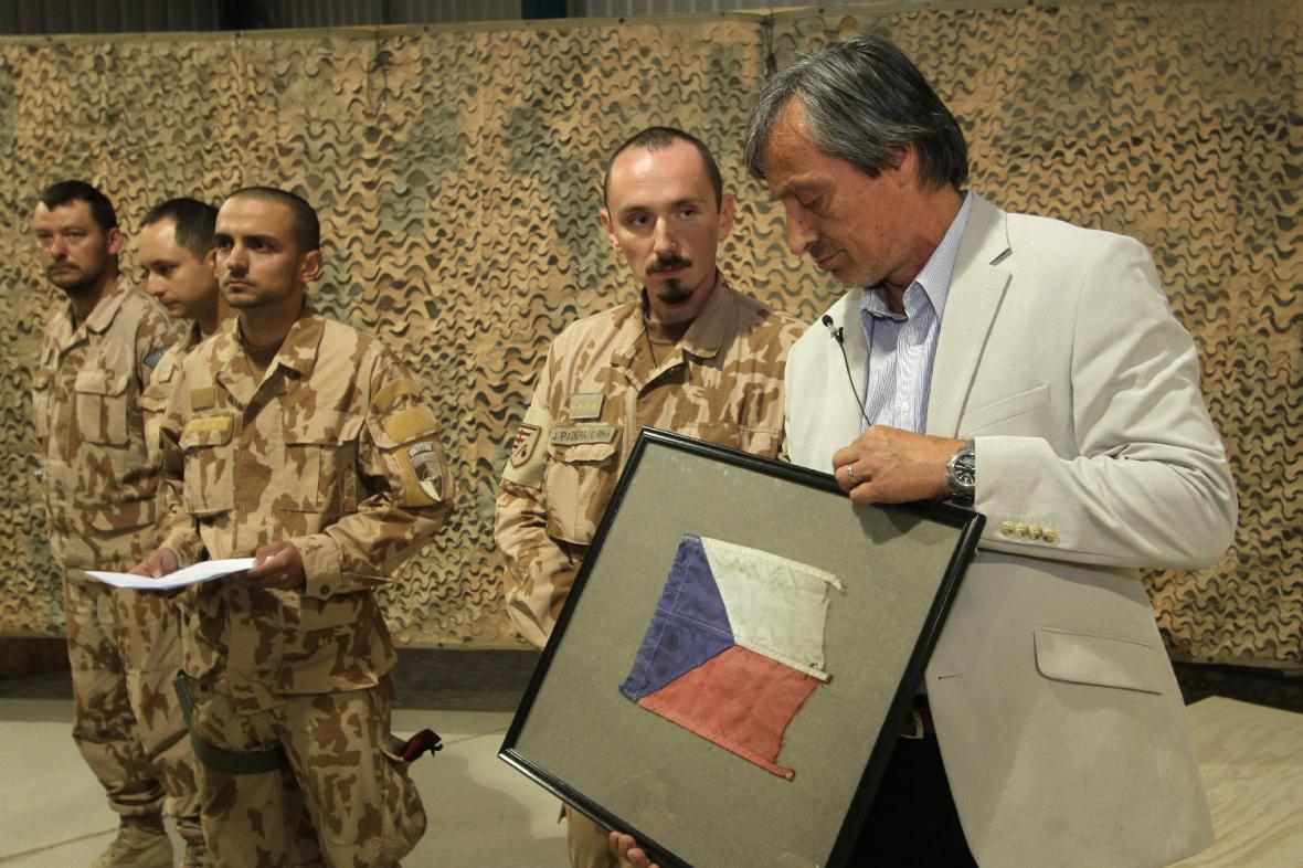 Vojáci ministrovi darovali vlajku z výbuchem poškozeného obrněnce