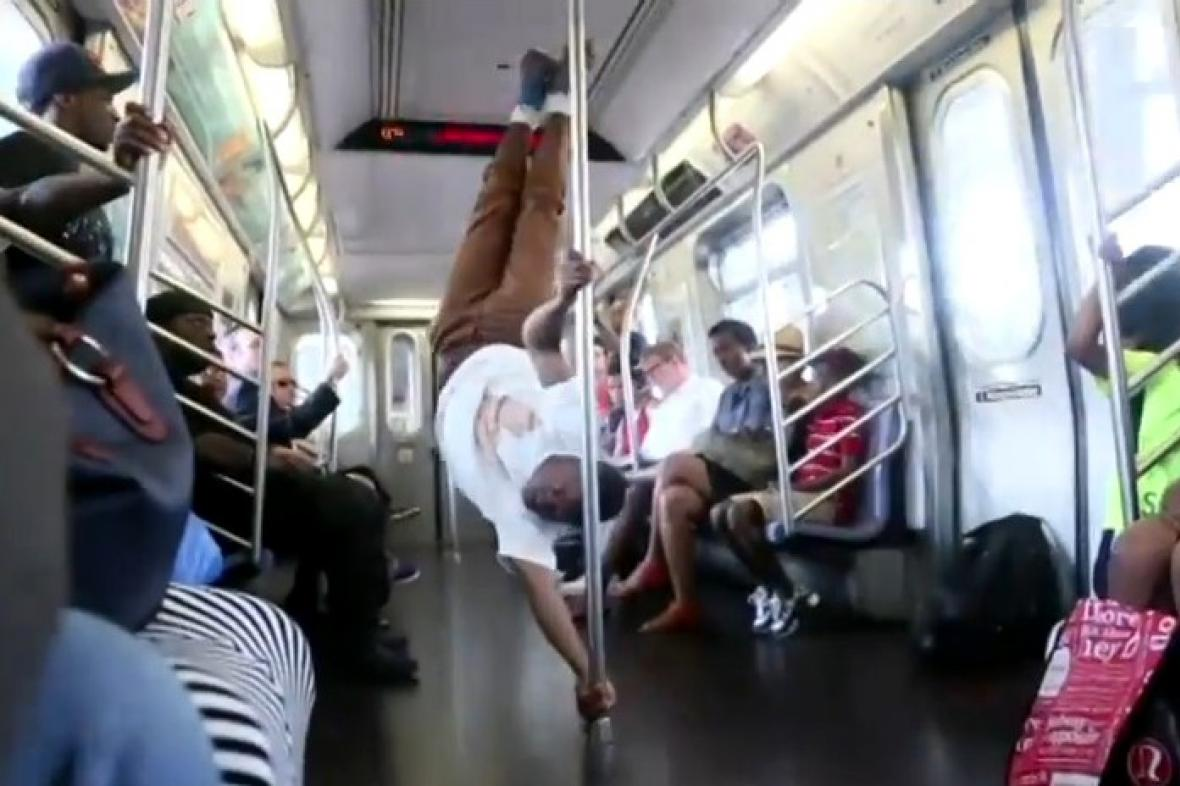Akrobat v newyorském metru