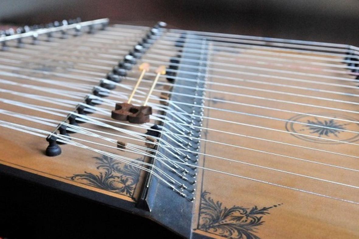 Středověký hudební nástroj psaltérium