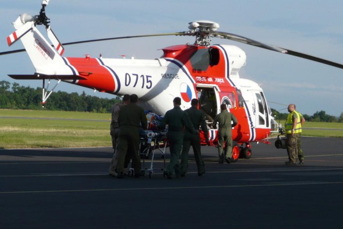 Vrtulník převáží zraněného vojáka do Vojenské nemocnice