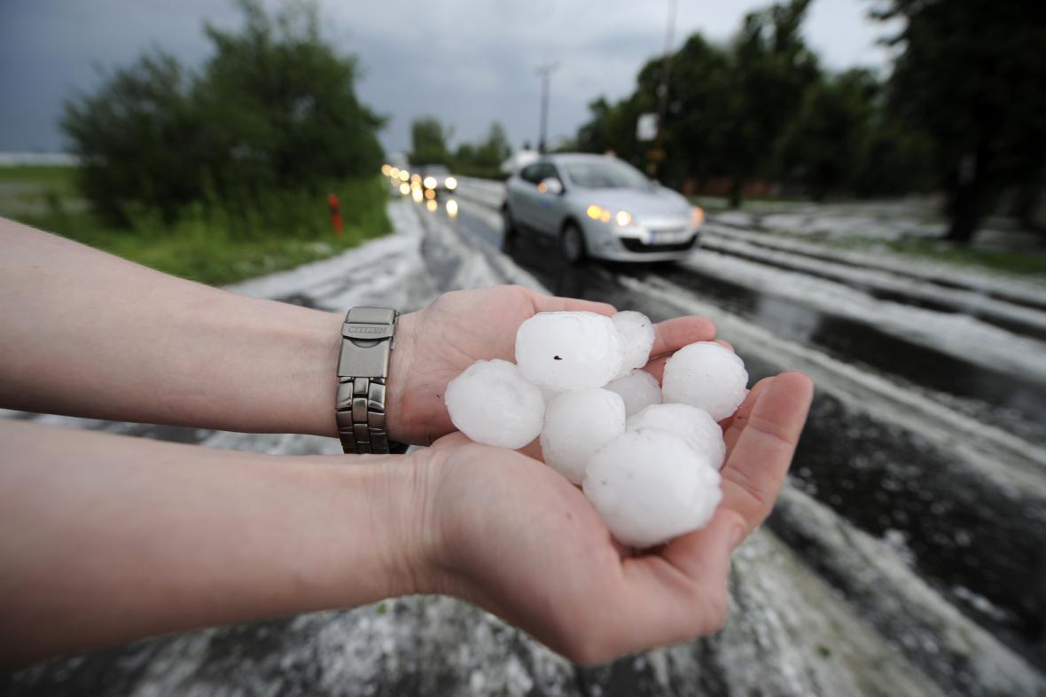 Kroupy velikosti pingpongového míčku spadly ve Sředočeském kraji