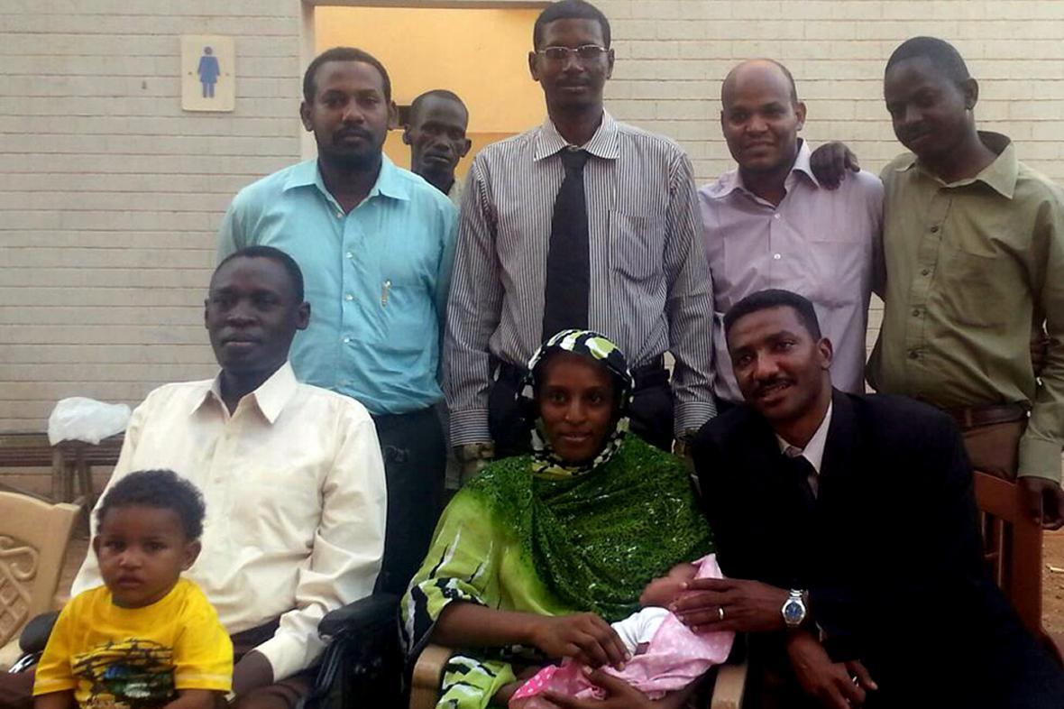 Meriam s manželem a pomocníky