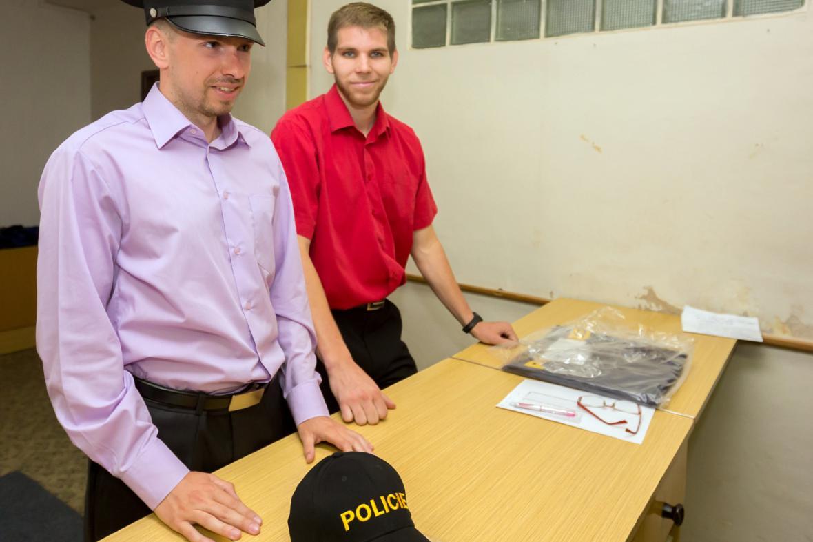 Policejní nováčci fasují uniformy