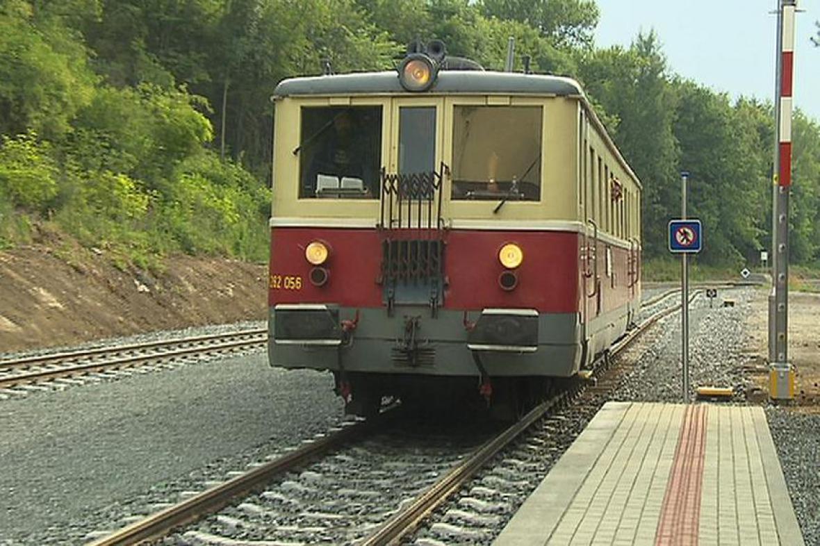 Na počest opravy trati vyjely historické motorové vozy a lokomotivy