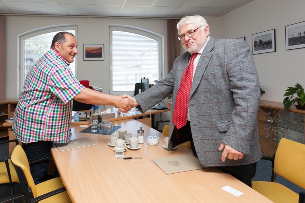 Tomáš Šiřina a Rudolf Žáček po podpisu Memoranda o spolupráci České televize a Slezské univerzity