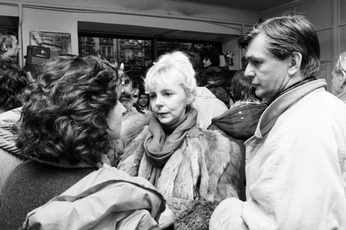 Hana Zagorová a Jiří Bartoška na Václavském náměstí v listopadu 1989