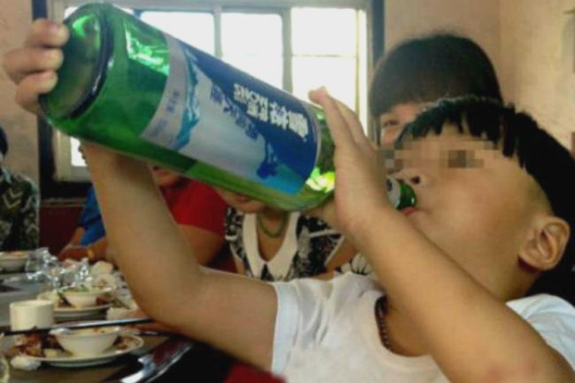 Dvouletý čínský alkoholik