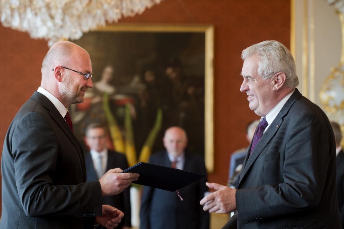 Prezident Miloš Zeman (vpravo) jmenoval 19. června v Praze Tomáše Lichovníka ústavním soudcem