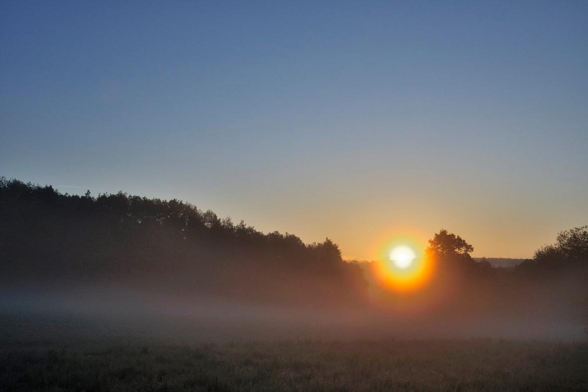 Ranní mlha v pražské Hostivaři