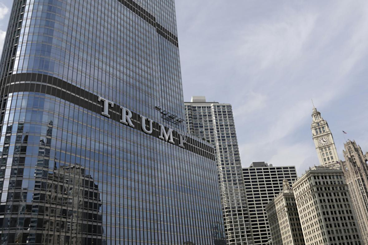 Nápis TRUMP na mrakodrapu Donalda Trumpa