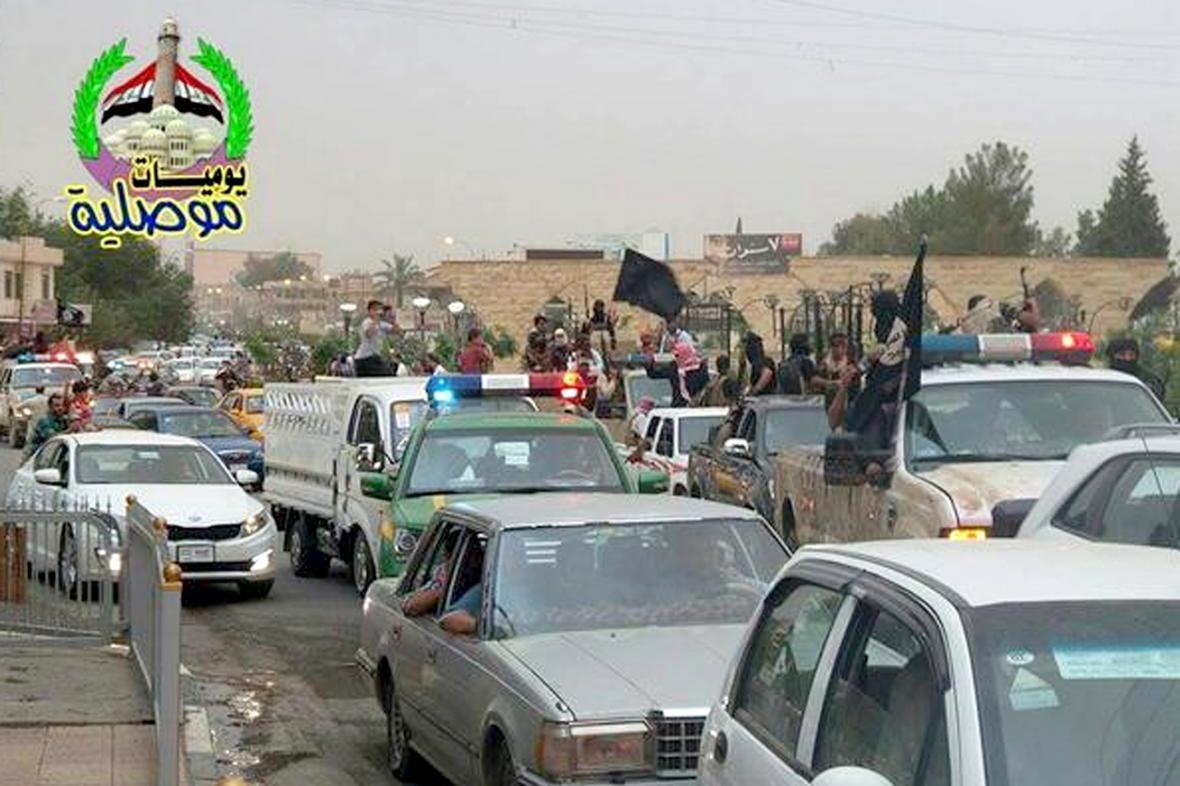 Spanilá jízda členů ISIL ulicemi dobytého Mosulu