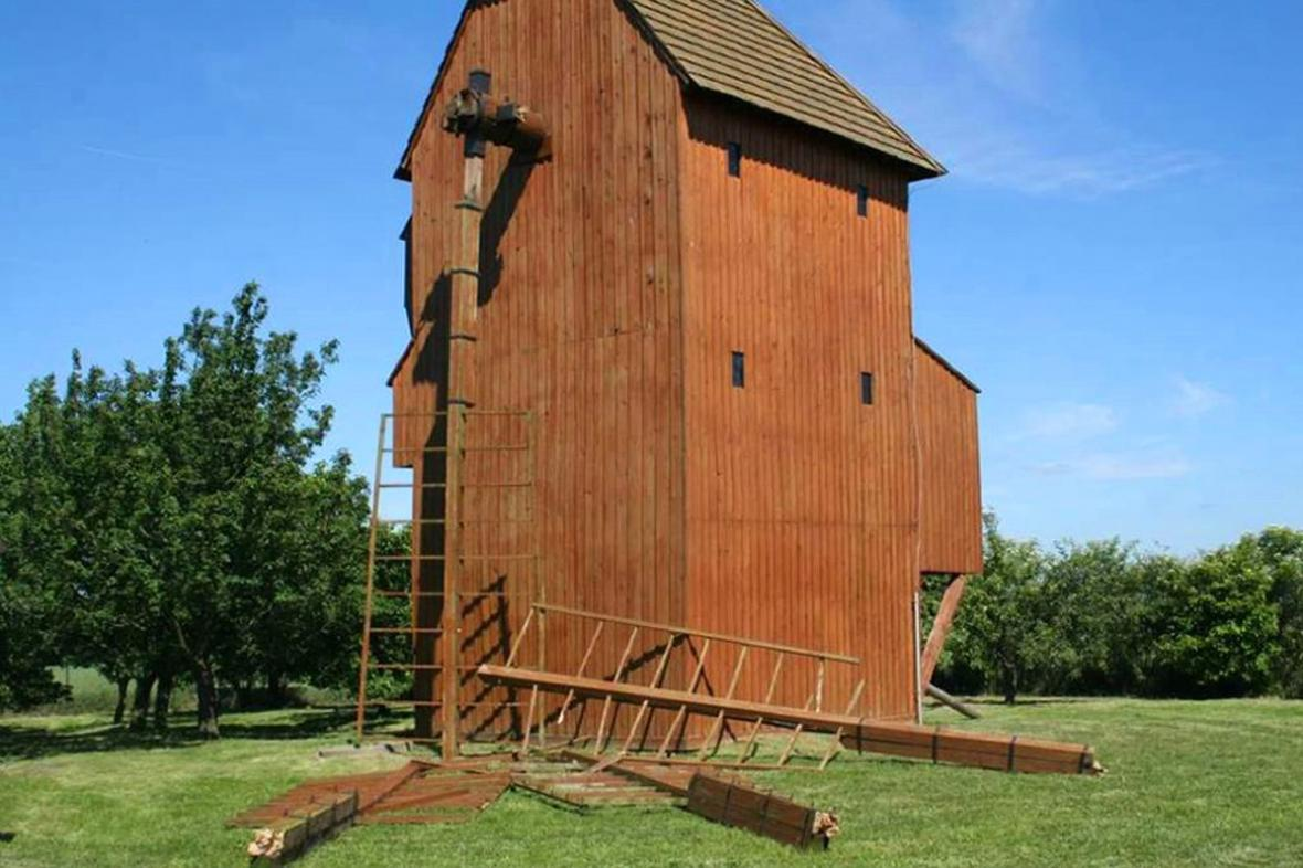 Poničený větrný mlýn
