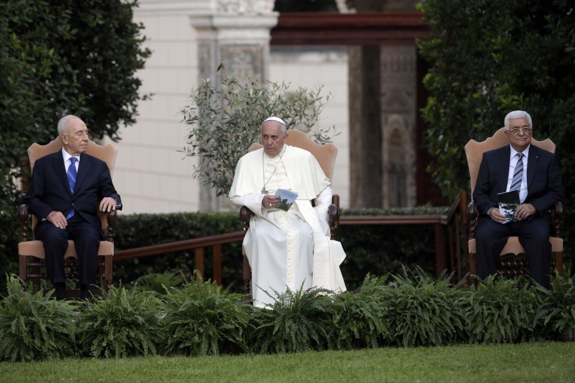 Šimon Peres (vlevo), papež František (uprostřed) a Mahmúd Abbás (vpravo) při společné modlitbě ve vatikánských zahradách