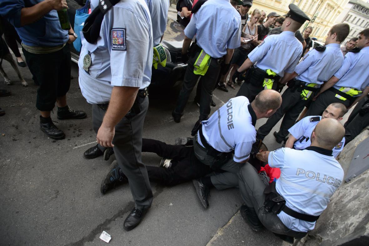 Policisté zasahují proti dvěma účastníkům happeningu squatterské iniciativy Obsaď a žij