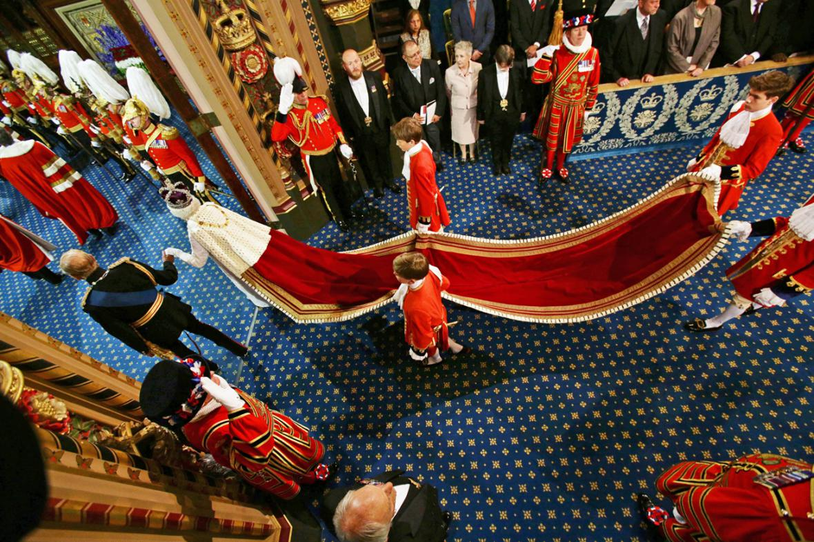 Královna Alžběta II. s princem Philipem přicházejí do budovy britského parlamentu