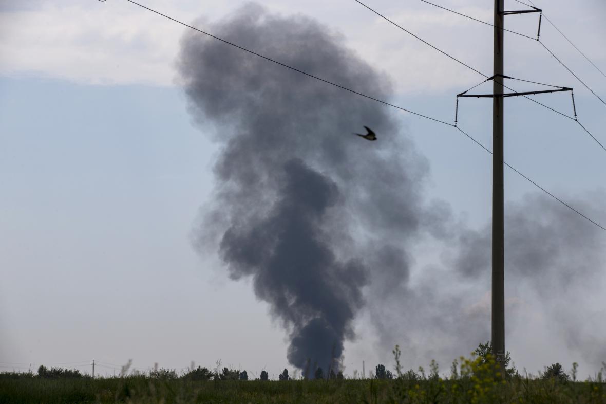 Černý dým stoupá ze sestřelené ukrajinské helikoptéry u Slavjansku