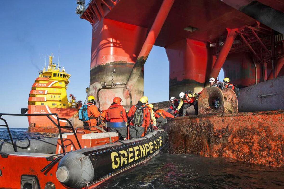 Aktivisté Greenpeace u ropné plošiny Statoil