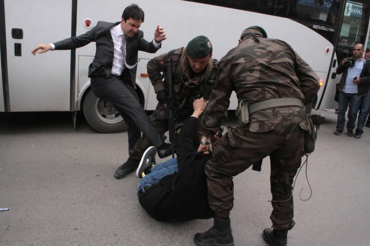 Yusuf Yerkel kope do demonstranta