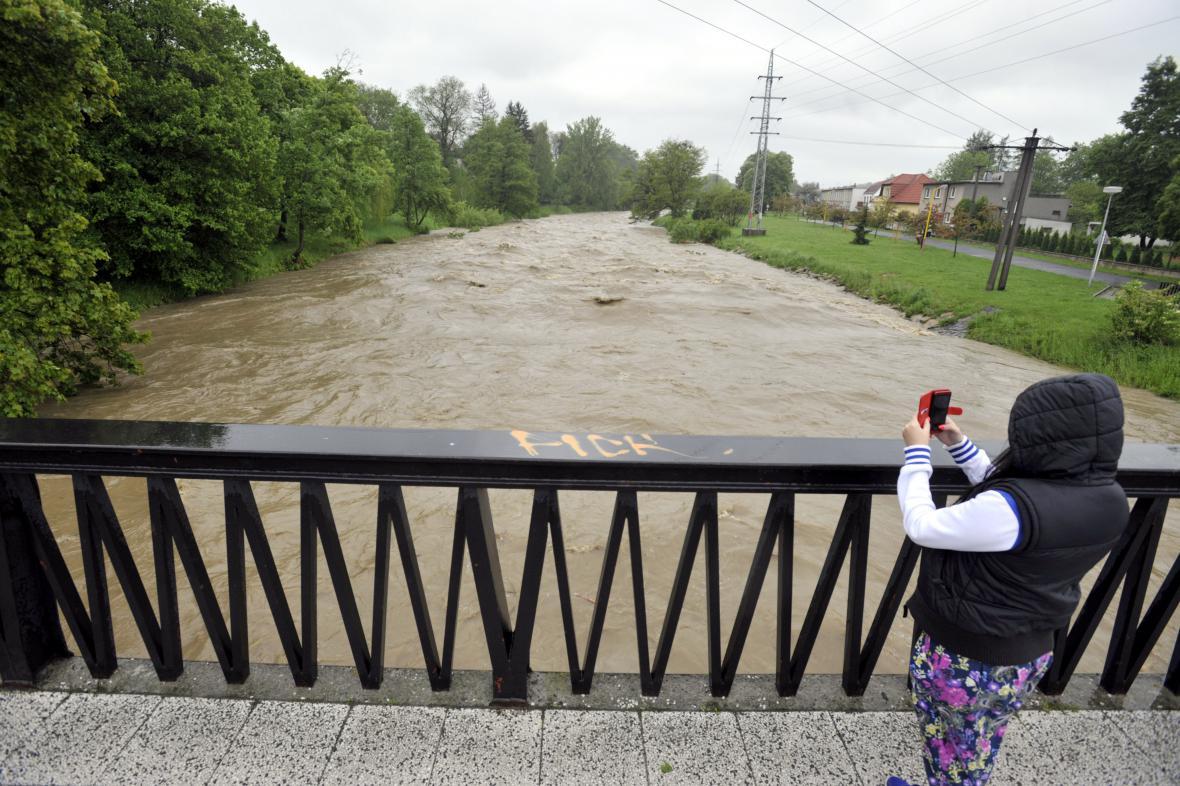 Hladina Rožnovské Bečvy ve Valašském Meziříčí