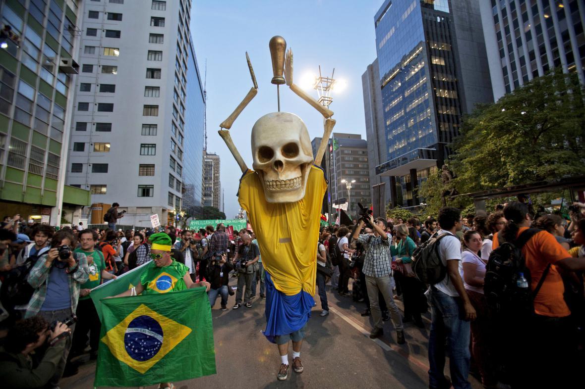 Protesty proti konání fotbalového šampionátu v Brazílii