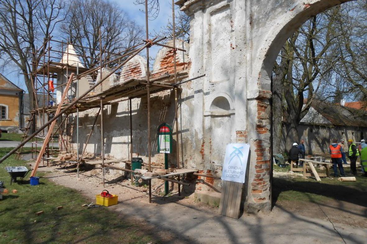 Řemeslníci se učí v Brtnici opravovat památky