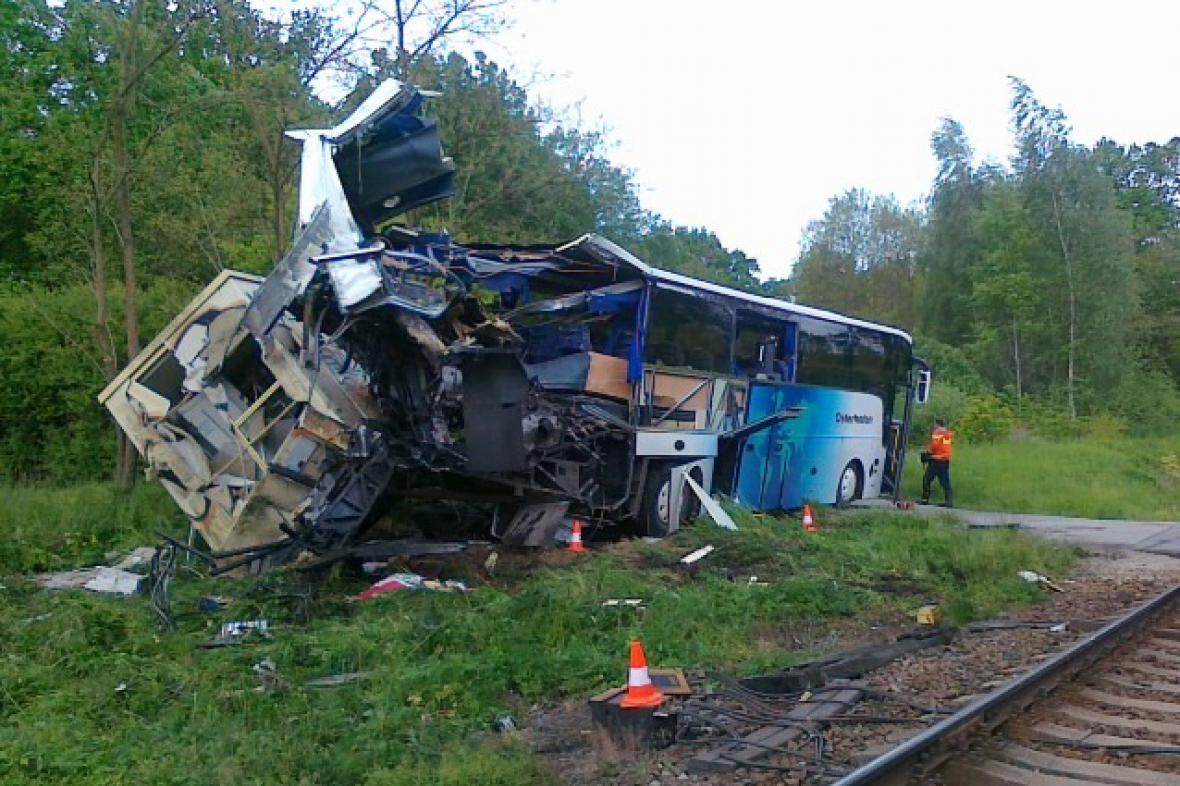 Autobus po srážce s vlakem u Hluboké nad Vltavou