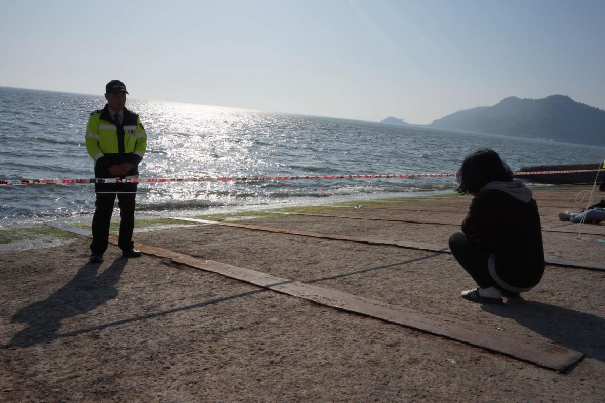 Žena marně čeká na bratra z potopeného trajektu