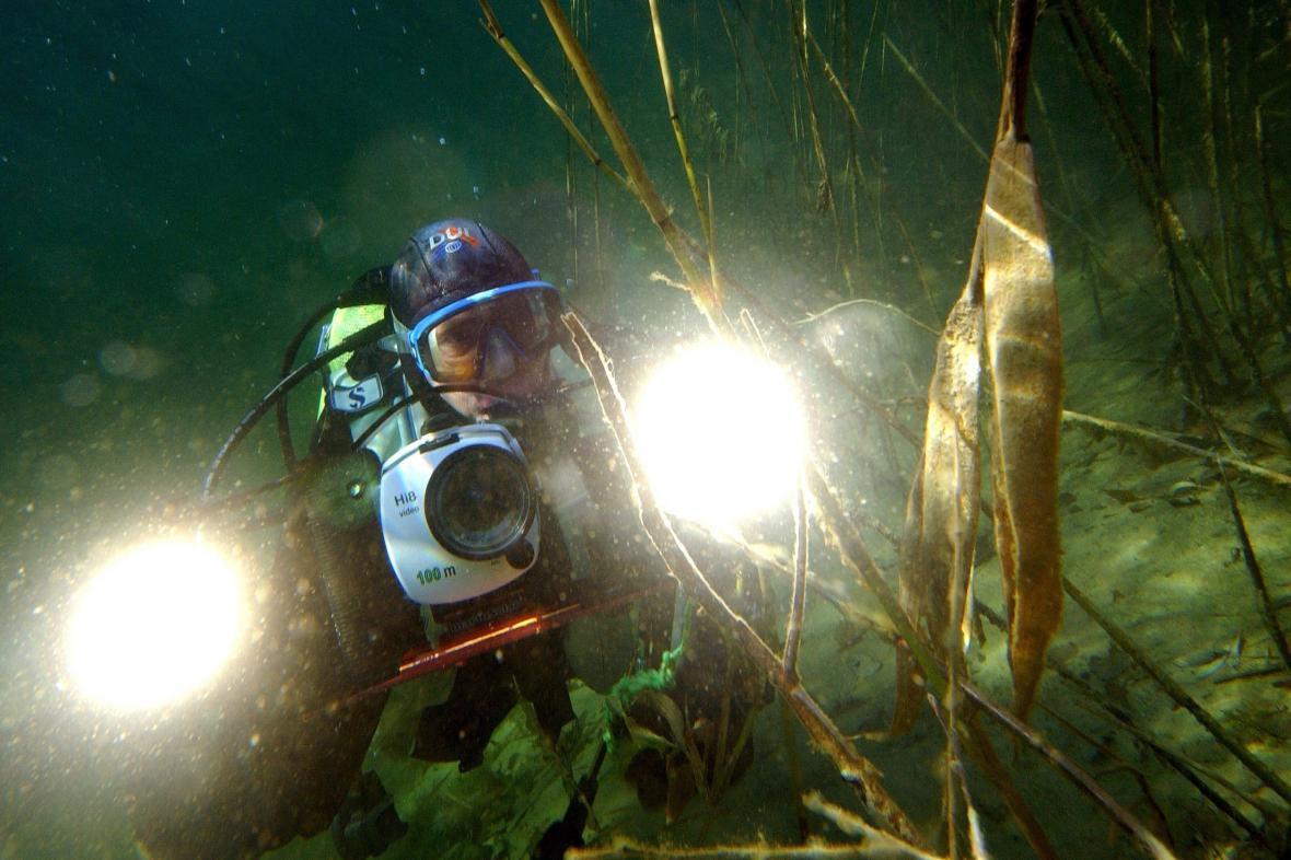 Potápěč na dně jezera
