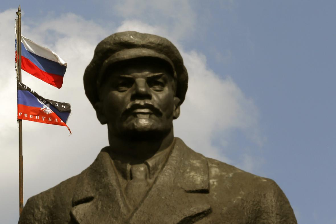 Vlajka Ruska a samozvané Doněcké republiky za sochou Lenina