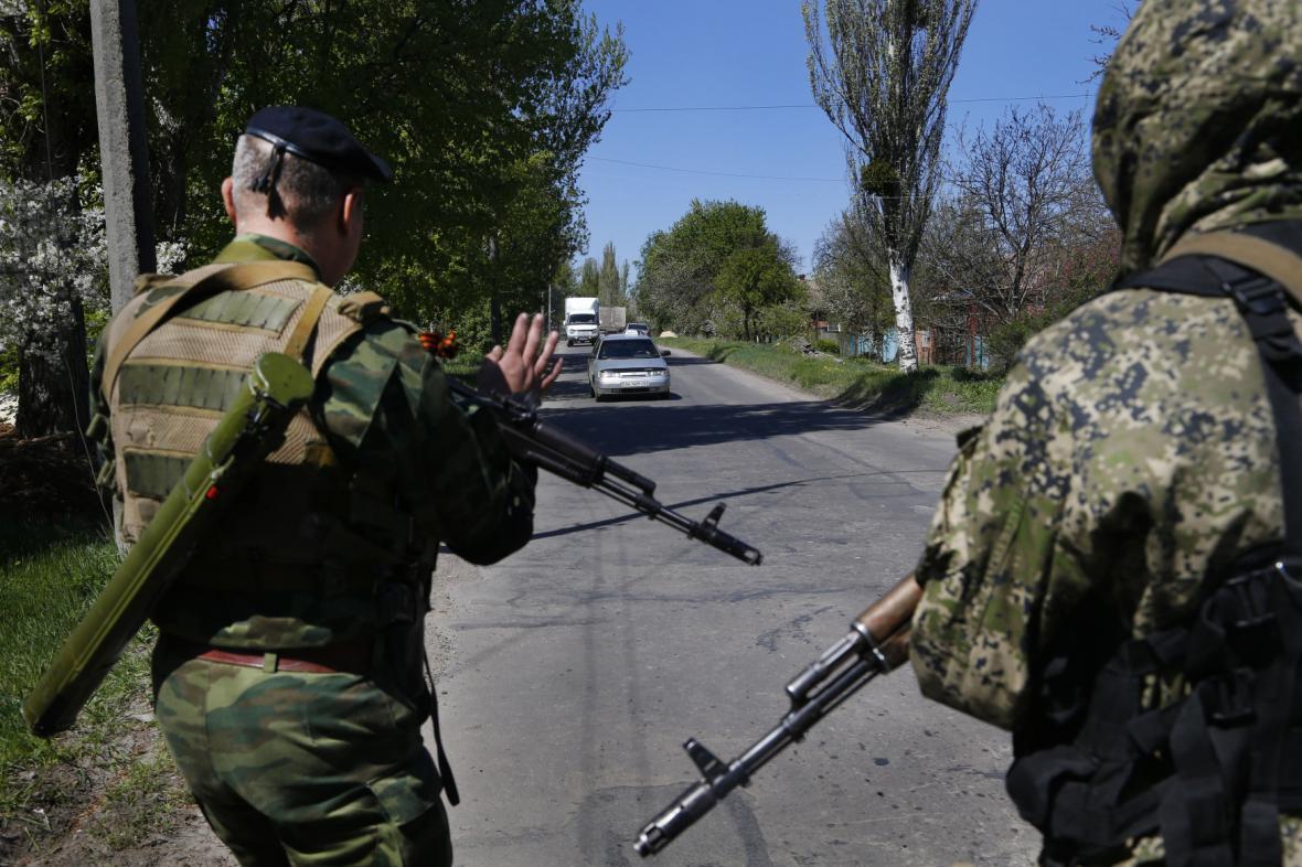 Proruští ozbrojenci hlídkují na silnici blízko Slavjansku