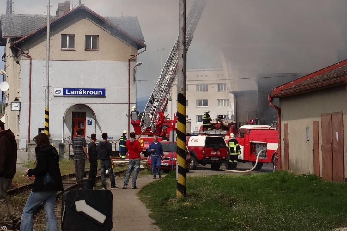 Hasiči likvidují požár galvanovny v Lanškrouně