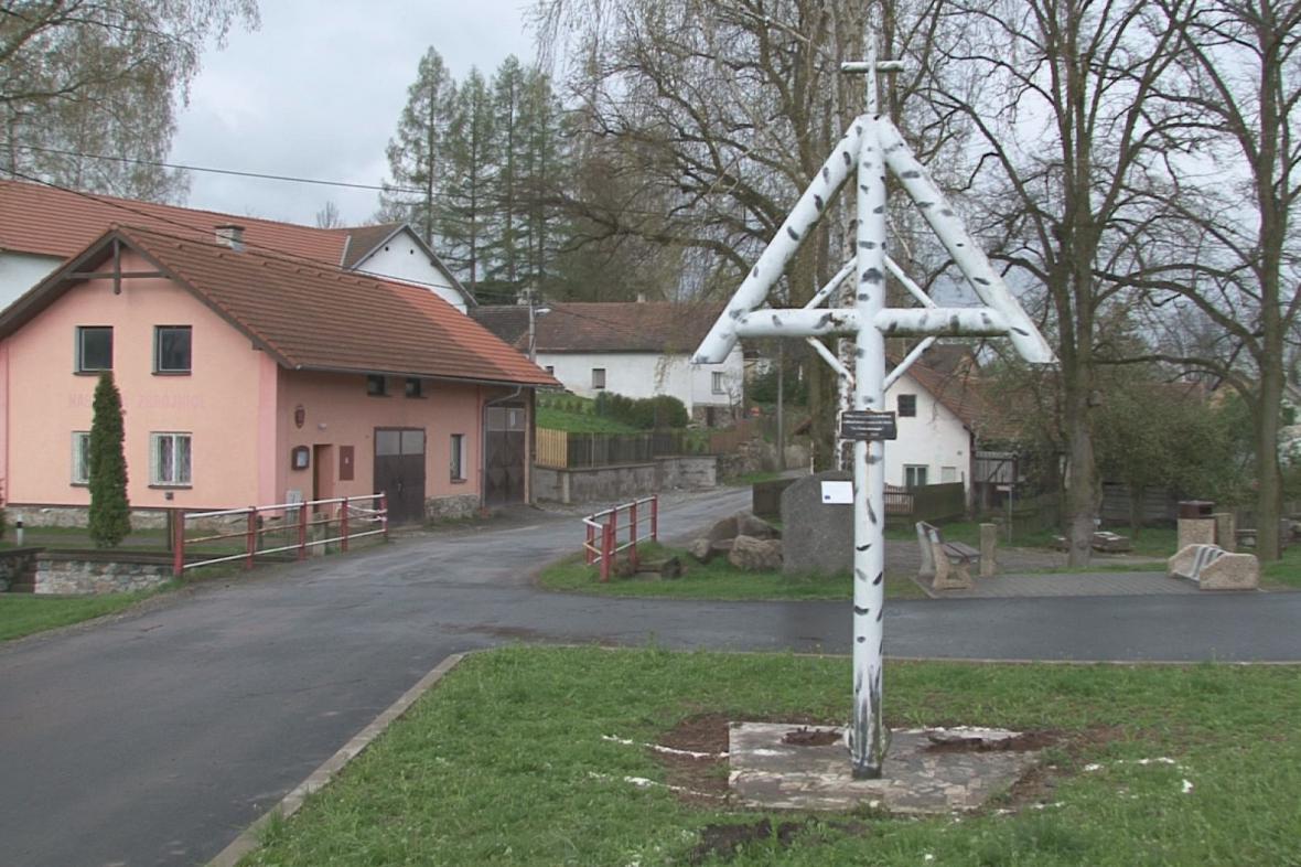 V obci dnes stojí replika původního březového kříže