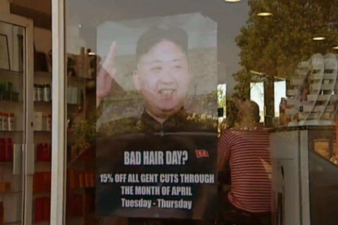 Kim Čong-un na poutači M&M Hair Academy